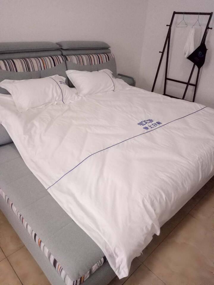 万达公寓情侣大床房p