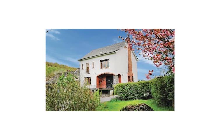 Holiday cottage with 6 bedrooms on 250 m² in Furnaux