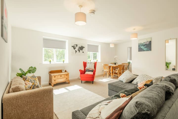 Spacious 3 Bedroom Flat In HEART Of City Centre