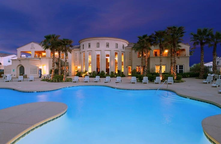 Luxury Townhome In Henderson