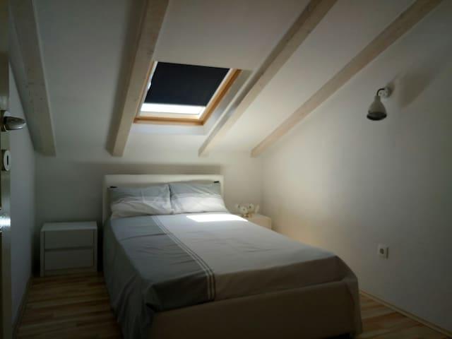 Room2 Sliding closet, spacious Bed 120x200 Extra: Designer bed clothing!!!