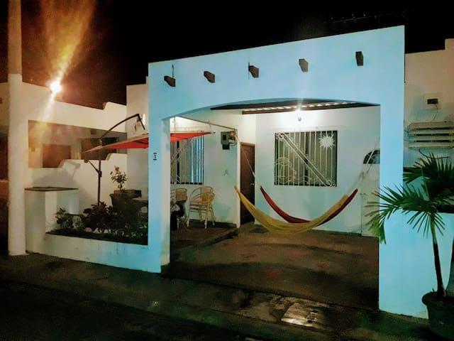 Vista nocturna de la villa