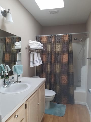 Beautiful SW Portland Room and Bathroom!