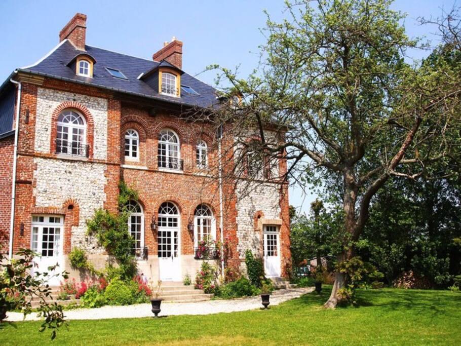 L'appartement est au Rez-de-jardin du Manoir du Moucel