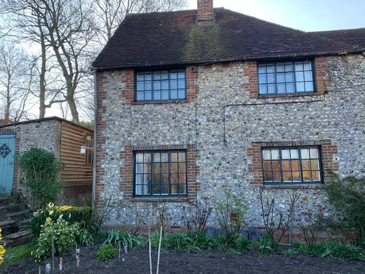 Cosy Flint-faced Cottage in the Cuckmere Valley
