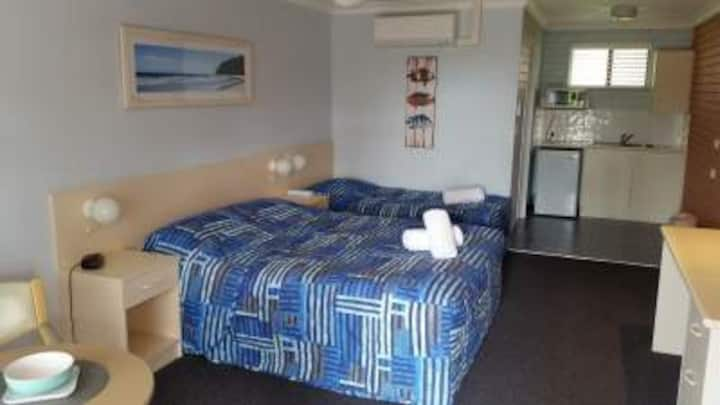 Twin Motel Room with 1 Queen Bed and 1 Single Bed