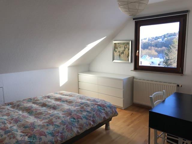 Gemütl. Privatzimmer in Einfamilienhaus im Taunus - Königstein im Taunus - Talo