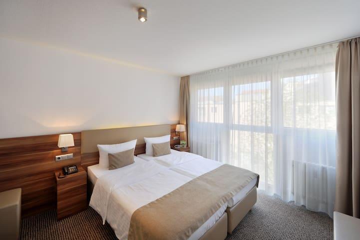 Wahlweise mit großem Doppelbett oder mit zwei Einzelbetten.