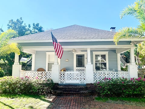 NEW! The Azure Cottage - walkable, 8 min to beach!