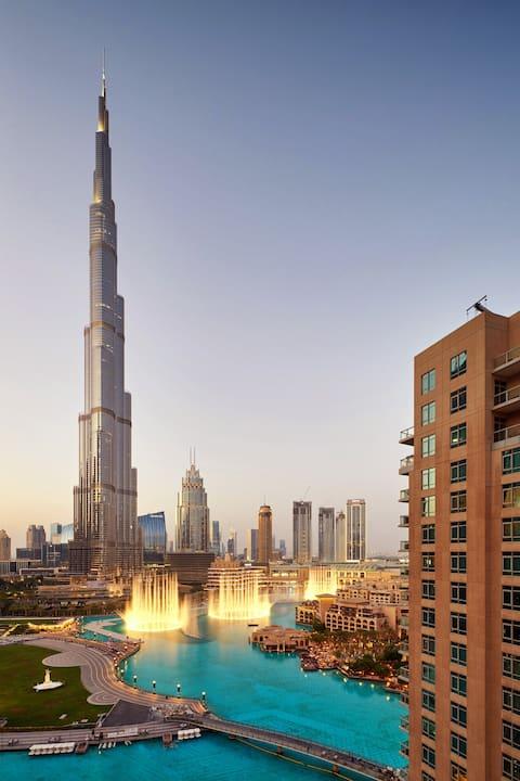 Increíble vista de las fuentes de Dubái y Burj Khalifa