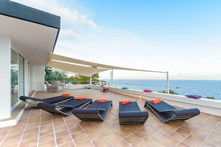4 Bed Villa Alma - Soak in Sea Views and Blue Sky!