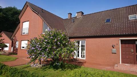 Schöne kleine Ferienwohnung in grüner Stadtrandlage mit Stellplatz und kleiner Terrasse