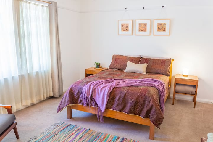Private Bedroom in historic Braidwood