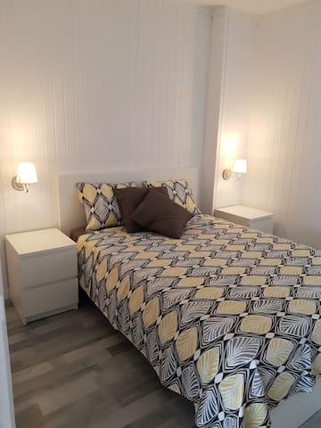 Habitación de matrimonio para dos personas con armario empotrado y mesitas, reformada en agosto del 2018.