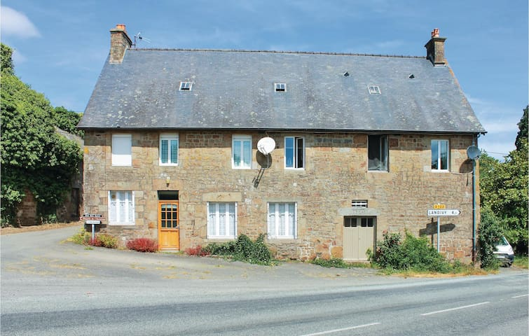 Semi-Detached with 2 bedrooms on 49 m² in La Bazouge du désert