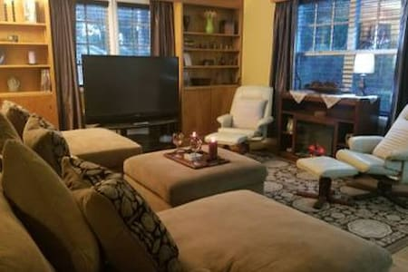 Lockhart Lodging * Park Suite #A - 2 Bed, 1 Bath