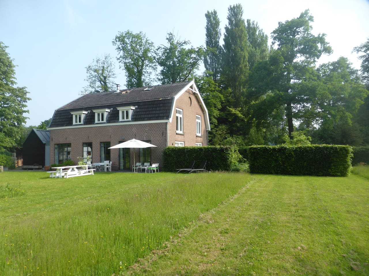 Very nice quiet country location. Great for a little rest and relaxation or a bike ride through the countryside. But also at walking and biking distance of the city of Utrecht and of course Zeist. 40 minutes to Amsterdam by train or car.