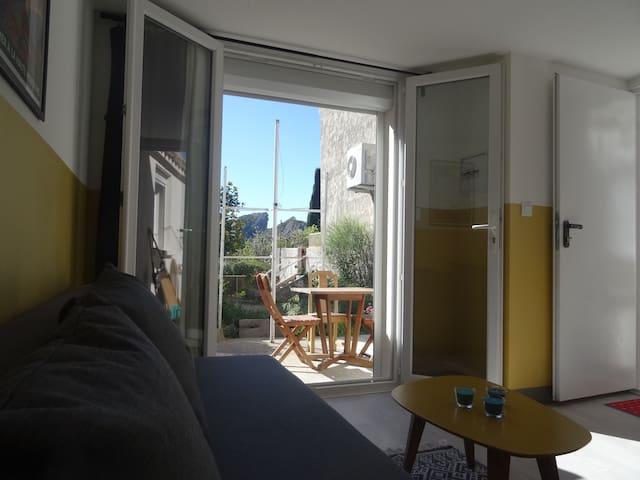 la pièce de vie avec accès à la terrasse privative