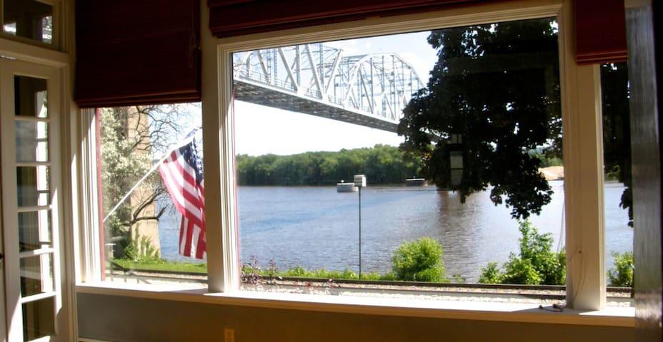 Grand Mississippi River Home - Rest & Relax!