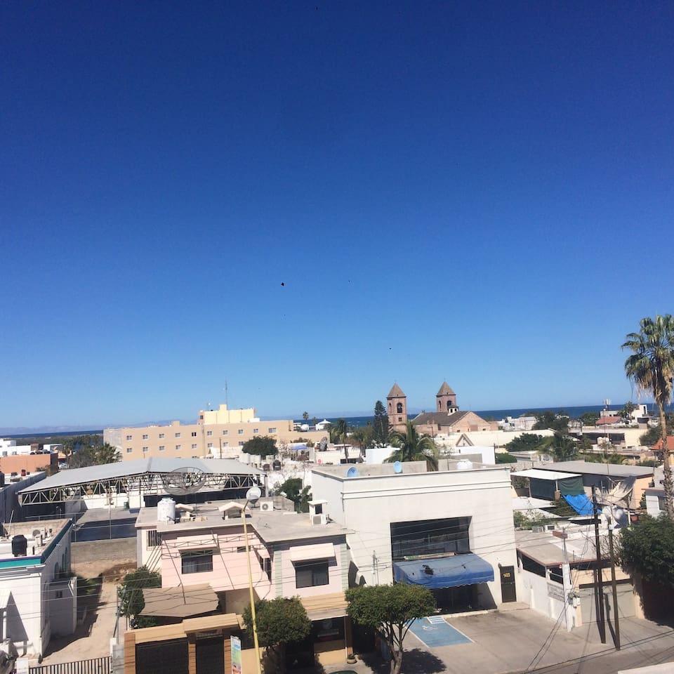El departamento cuenta con una terraza con baño y asador de área común podrán disfrutar las vistas de los mejores atardeceres