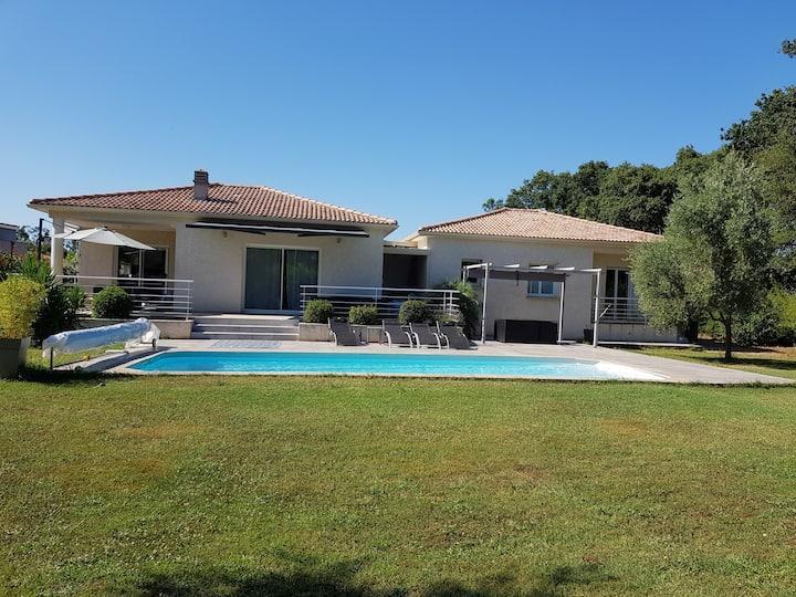 Villa de 130 m2 avec piscine et jardin de 1600m2