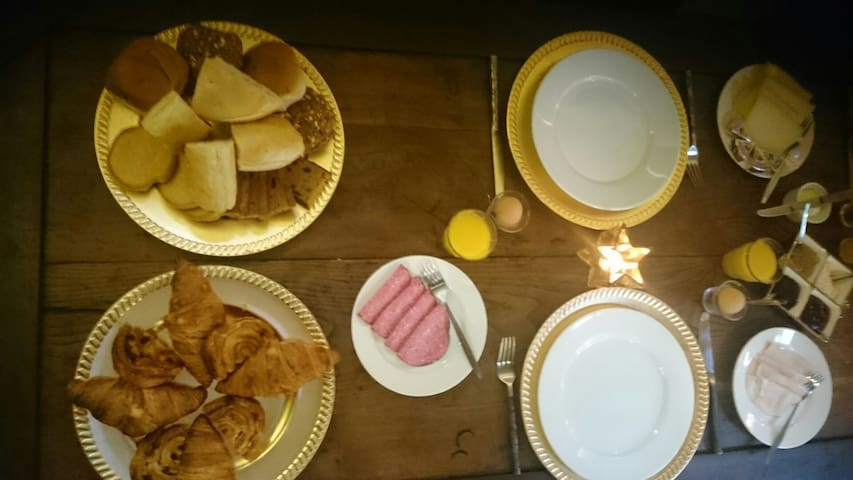 Breakfast with eggs, croissant, jus d'orange, Coffee etc.