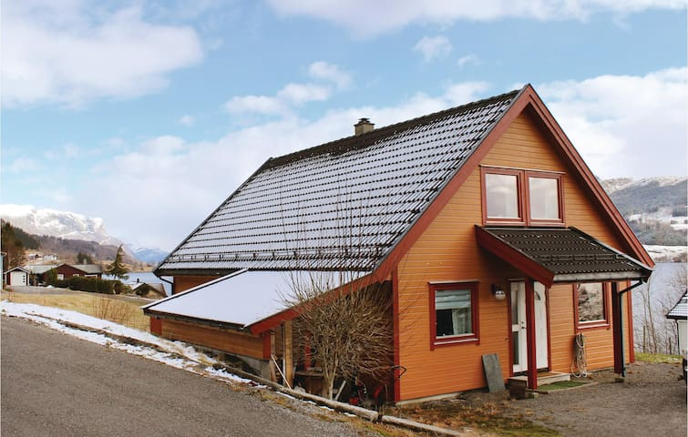 Holiday cottage with 3 bedrooms on 135 m² in Holmedal