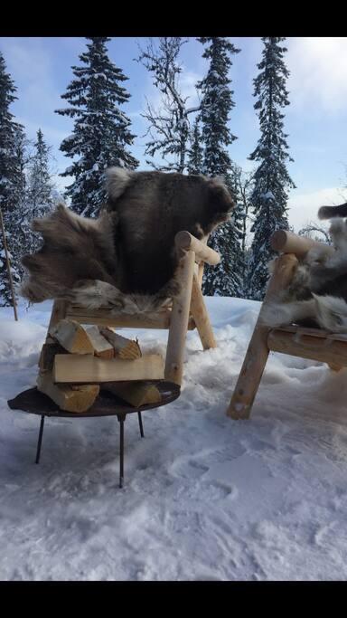 Bålpanne, utestoler og reinsdyrskinn