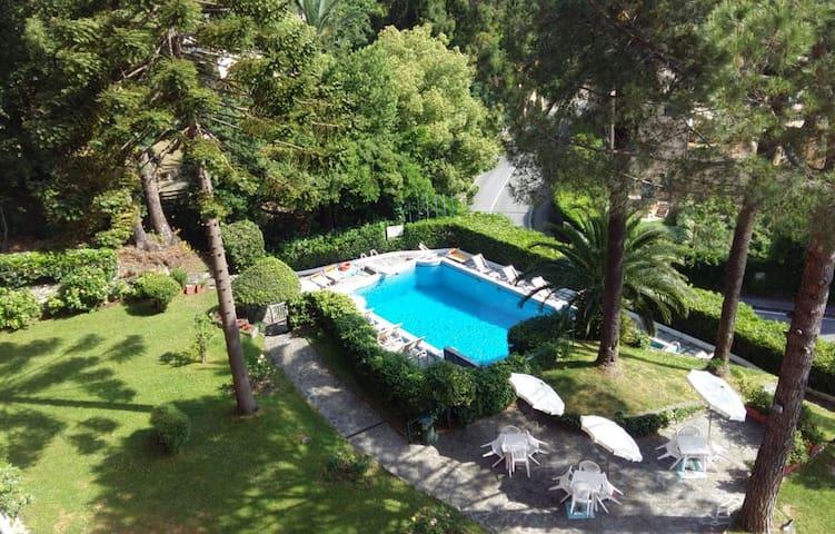 Appartamento vista mare + piscina, parcheggio&WiFi