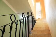 Escalera para los cuartos y terraza