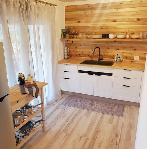 """PRETTY in PORT""  Entire Home + Sparkling Clean"