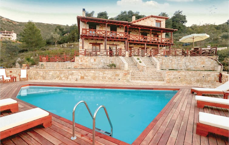 Holiday cottage with 4 bedrooms on 270m² in Ano Platanos Akrata