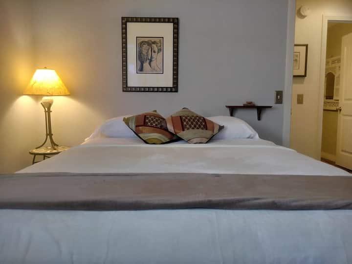 Peaceful Bedroom in Prestigious Woodbridge (West)