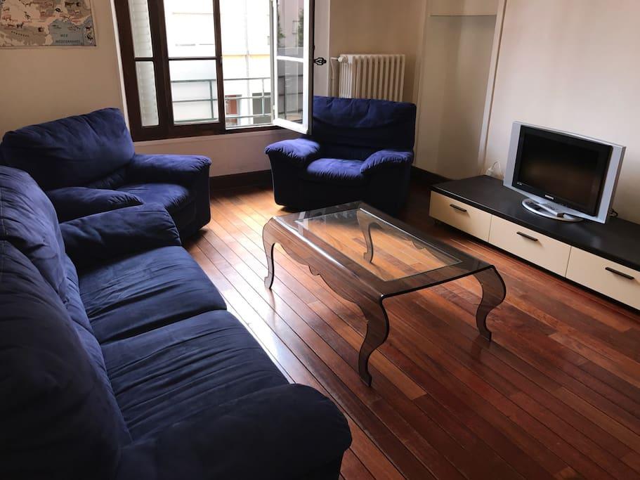 Salon cosy avec TV
