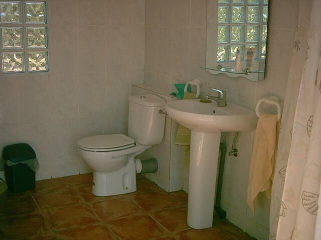 Das Badehäuschen mit Duche, WC und Waschbecken