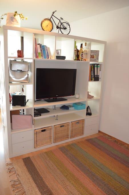 Das Regal mit großem Flachbildschirm.