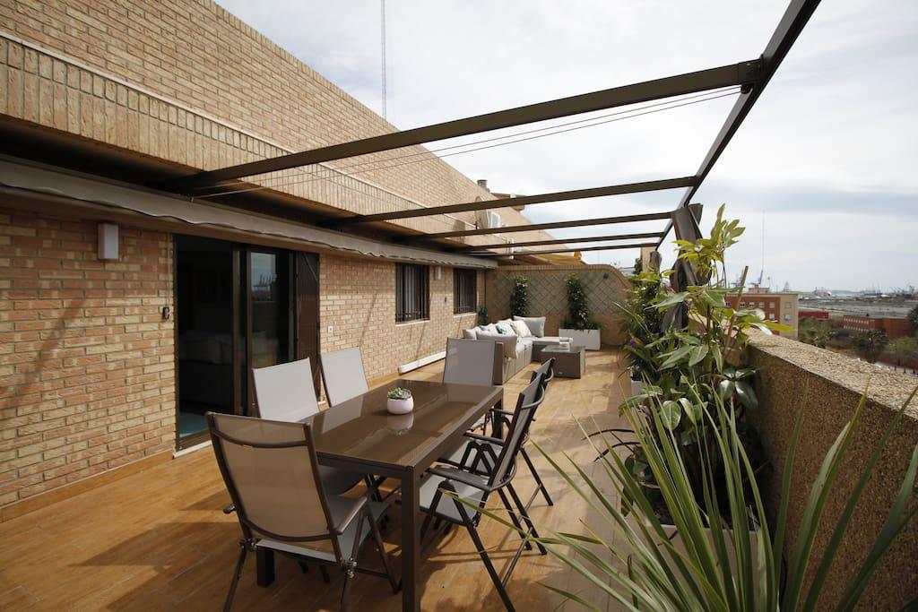 Espectacular terraza con mesa para 6 comensales.Amplio y cómodo sofá al fondo.