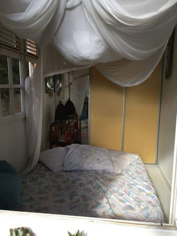 Tite chambre climatisée et moustiquaire