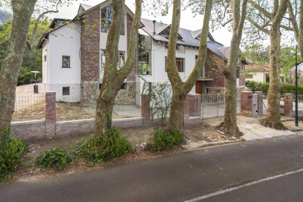 Beautiful Avenue with easy access to major roads & lots of secure parking.