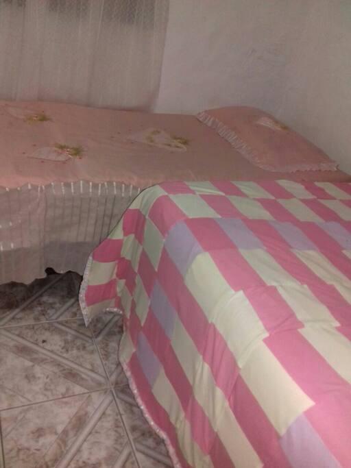 quarto com 1cama de casal e 1 cama de solteiro