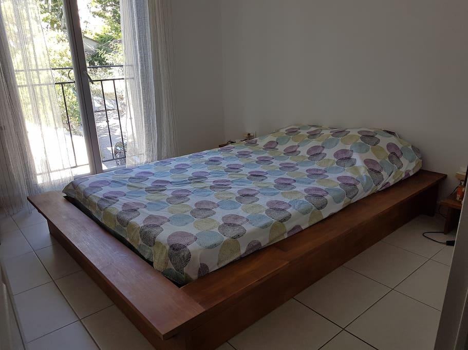 chambre 1 avec lit 140X190 et télévision