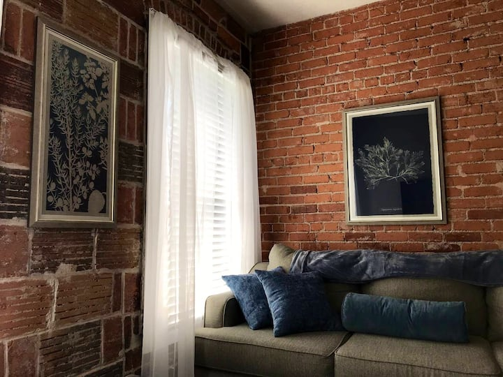 #5 Adorable Brick Apt.— Nice Kitchen & King Bed!