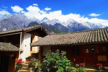 虎跳峡景区距离上虎跳最近观看玉龙雪山哈巴雪山最美的楼房