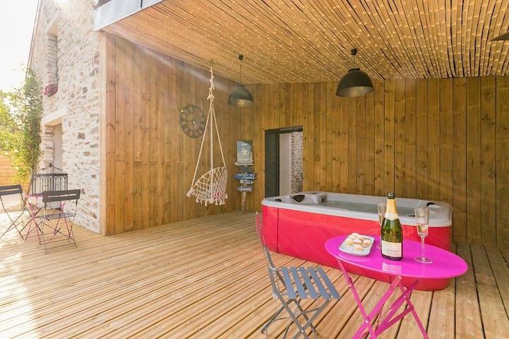 Bâtisse en pierres avec spa et jardin privatifs.
