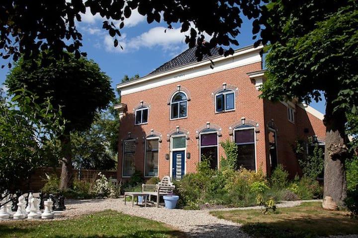 Ruime 2persoonskamer  in  prachtige woonboerderij - Stadskanaal - Huis