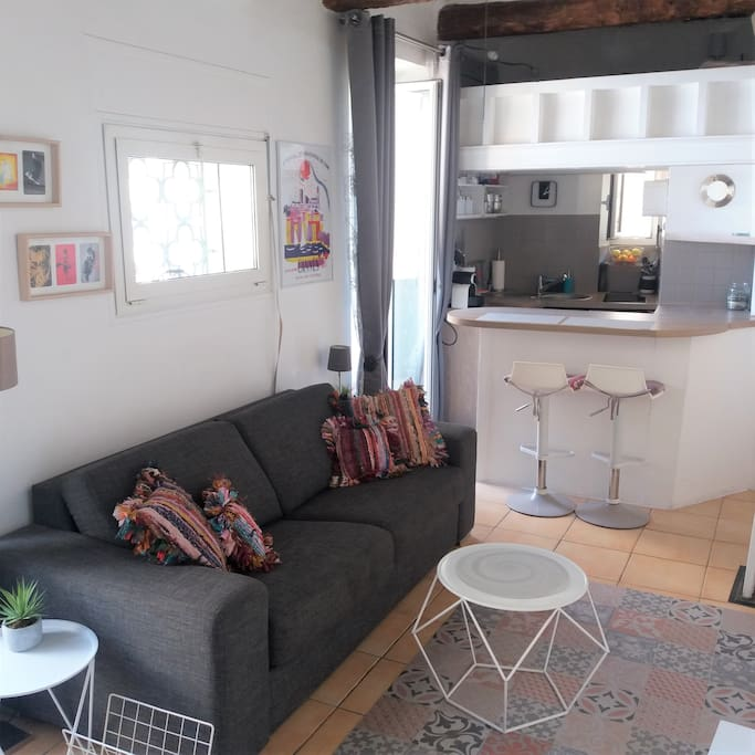 Very bright newly refurbished studio apartment with A/C and WIFI, sea view balcony