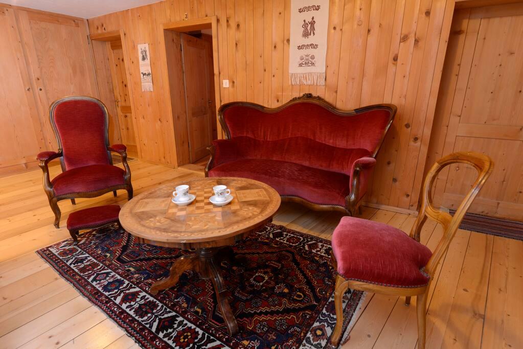 Halle im Obergeschoss mit Bibliothek