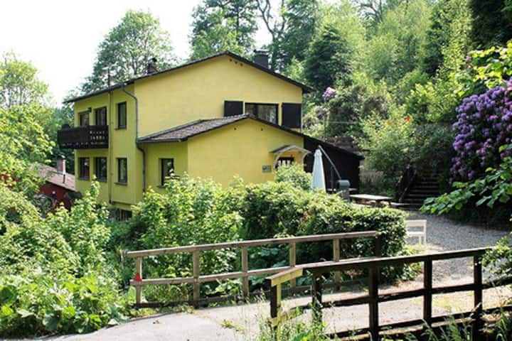 Idillische Lage am Bach mit Kamin und Sauna 370m2