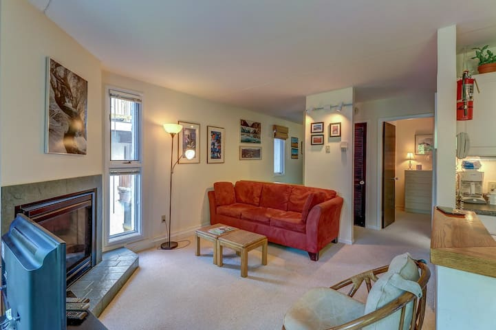 Cozy condo w/ shared pools, hot tub, tennis courts, and more in Bridges Resort!