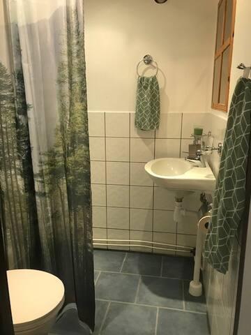 Dusch och toalett. Golvvärme.